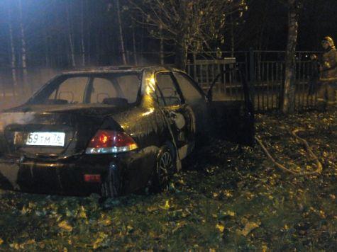 Напроспекте Фрунзе вЯрославле автомобиль врезался вдерево исгорел