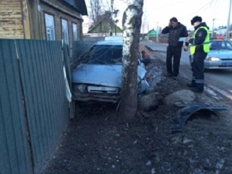 ВЯрославской области ВАЗ влетел взабор ужилого дома: есть пострадавшие