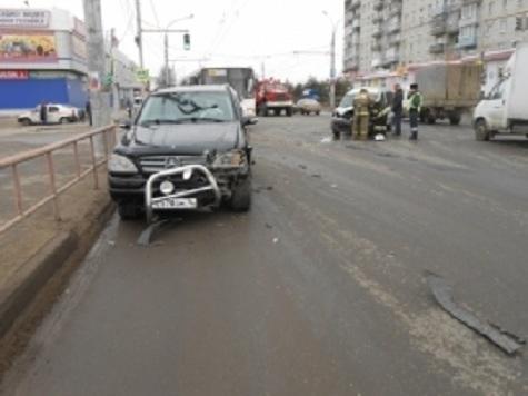 ВРыбинске столкнулись «Мерседес» и«Рено», есть пострадавшие