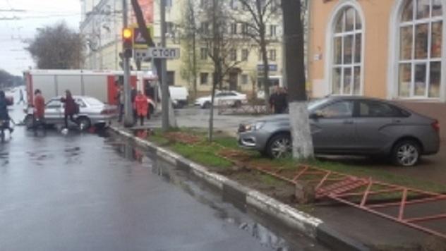 Вцентре Ярославля «ВАЗ-2115» набольшой скорости протаранил «Ладу Весту»