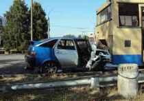 В Тамбове водитель ВАЗа протаранил припаркованный автобус: есть пострадавшие