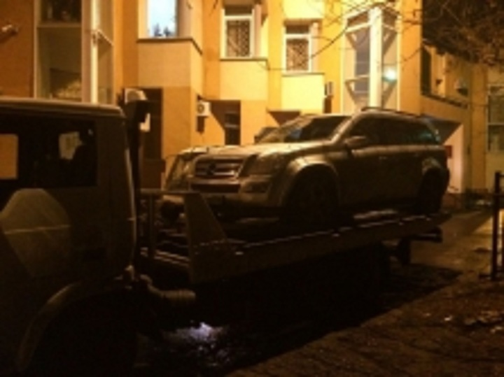 Должник протащил судебного пристава накапоте джипа  неменее  километра вЯрославле