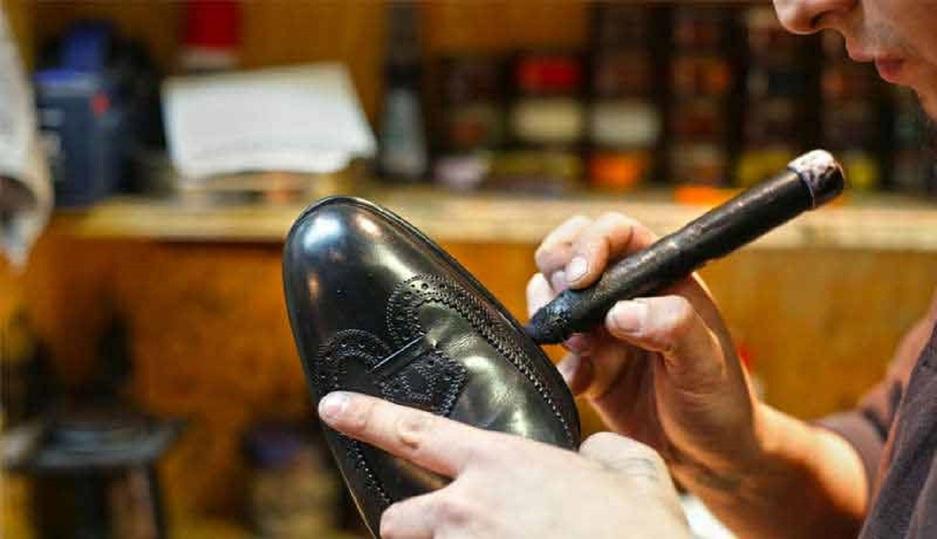 Ярославский сапожник бесплатно чинит обувь детям иветеранам