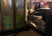 Отказали тормоза: в Ярославле пассажирский автобус протаранил несколько автомобилей (видео+фото)